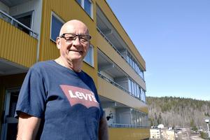 Åke Molin tycker det är konstigt att det kan saknas snabbt bredband trots att han bor i centrala Kramfors. Han påpekar att det även finns äldre personer som är intresserade av att ha en snabb uppkoppling.
