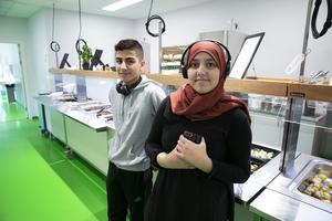 Sjundeklassarna Lama Elbelbisi och Ali Ivy Jundi trivs i Maserskolans nya matsal.