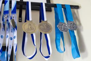 De senaste medaljerna från Lidingöloppet och Stockholm halvmaraton. Snart har paret en ny uppsättning medaljer.