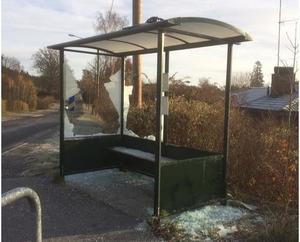 En av de busskurer i Bergshamra som fått sina glasrutor krossade. Foto: Privat