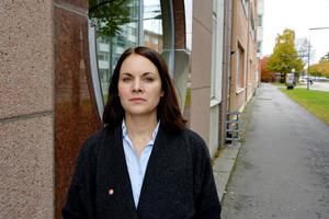 Regionpolitikern Isabell Mixter (V) från Sundsvall tycker att regionen måste bli bättre på att presentera underlag i god tid när stora besparingar ska genomföras.