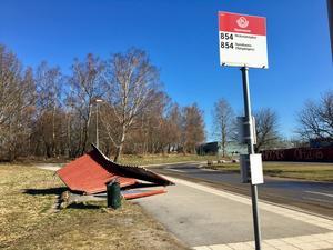 Sönderkörd busskur på Kvarnvägen.