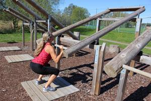 Benböj + armlyft. Tänk på kontrollerad hållning genom att placera fötterna med bra avstånd och andas in innan du trycker ifrån.
