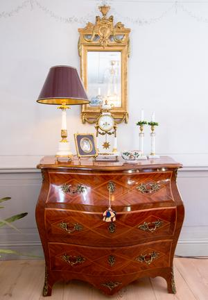 Kerstin Karlsten-Roth har inrett den gamla bergsmansgården med möbler från 1700-talet och med nyare som smälter in bra.