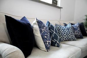 Blåvita kuddar i soffan som kommer från Chilli.