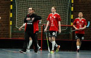 Per-Ols Robin Lehto (mitten) var en av de inblandade i storbråket i tredje perioden där Silverstadens Patrik Olsson får matchstraff. Här tillsammans med tränare Joel Grundström.