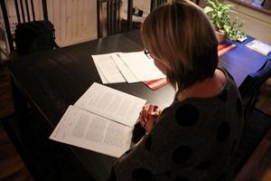Helena Ekenstein läser domen. Hon säger att hon inte bryr sig om pengarna, det är upprättelse för hennes mans död hon vill åt.