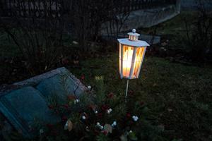 Mörkt på kyrkogården.