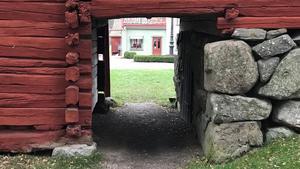 Vallby Friluftsmuseum är fullt av prång och intressanta byggnader – och stora strövområden i kuperad terräng där man kan bli kvar utan en tanke på klockan en fin försommardag.Bilden togs vid ett tidigare tillfälle – när fotografen hann ut med någon minuts marginal innan stängning.