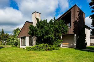 Foto: Tomas Arvidsson/ Bostadsfotograferna. Det annorlunda huset i Brickeberg är ritat av arkitekt Endel Öunapuu.