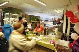 Margareta Jonsson och Göran Holt från PRO Stugun hjälpte till att servera smörgåstårta och bubbel till glada kunder.
