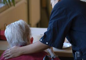 Personalen inom omsorgen kämpar för att leva upp till kraven på bästa möjliga vård samtidigt som resurserna krymper.