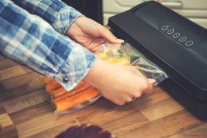 På senare år har det blivit vanligare att även vakuumförpacka grönsaker som till exempel morötter. Bild: Shutterstock.