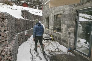 Stödmuren på tomten består av 60 sektioner som innehåller fyra ton sten vardera.