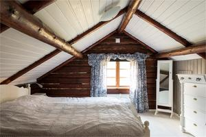 Mysigt sovrum på ovanvåningen. Foto: Fastighetsbyrån Fagersta