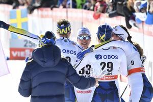 Anna Haag kramas av i damlandslaget.Foto: Ulf Palm