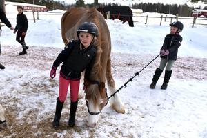 Tjejerna har pli på hästarna – eller försöker åtminstone ha det.