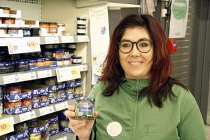Coop har ett stort sortiment ekologiska julmat, till exempel inlagd sill, berättar Maria Penttilä, charkansvarig.