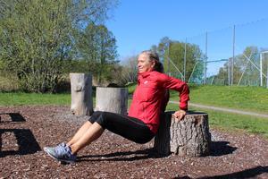 Dips: Placera händerna bakom ryggen. Sätt fötterna längre ut för mer kroppsvikt (tyngd).