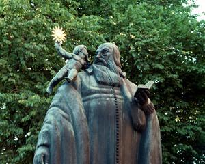 Carl Milles staty av Johannes Rudbeckius från 1923 står utanför Västerås domkyrka. Foto: Annette Grandin