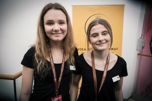 Från vänster i bild: Amanda Erensjö och Elin Wallin från Falun. UF-företag: Momentbox. Gör: Säljer boxar med te och kaffe.