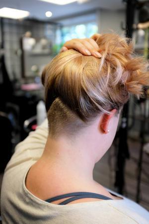 Eftersom Angelica har ett så tjockt hår så brukar Victoria raka bort en del av det i stället för att tunna ur det. Det blir en cool detalj när hon sedan sätter upp det.