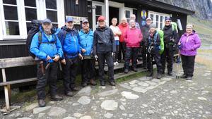 Alla 12 deltagare samlade utanför Nallo fjällstuga. Foto: Åke Öberg