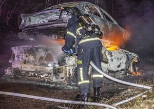 Brinnande bilar placerade på varandra vid länsväg 739. Foto: Niklas Hagman