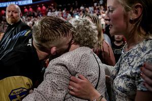 Alexander Gustafsson och mormor Elly Samuelsson i pusskalas efter segern.