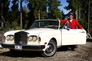 Michael Andersson har flera Rolls-Royce hemma på gården. Det här är en cabriolet från 1983, som han gärna tar en tur med cowboyhatten på.