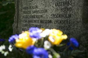 Minnesstenen i Stadsparken. Flera av offren som sköts av Mattias Flink var från andra delar av landet, vilket ännu starkare bidrog till händelsen som ett av våra största nationella trauman.