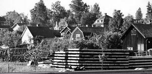 För inte alltför länge sedan fanns det en hel del bebyggelse på området nedanför skolan i Islingby. Nu är det mest borta och snart också skolan.