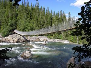 Den nya hängbron över Handölan.