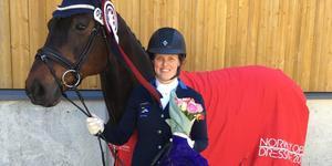 Carolin Rutberg från Sorunda Ridklubb vann alla moment i sin klass, vid en internationell tävling i Kristiansand. Foto: Privat