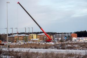 Den höga rödsvarta kranen på södra Nibble visar var Mälarenergi Elnät ska bygga en ny transformatorstation.