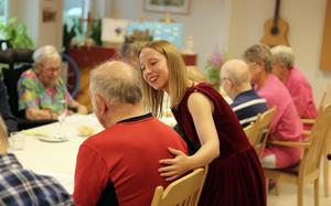 Evelina Sjö har jobbat vid aktiveringen på Skärvstagården i Sollefteå i sommar och hon har fått mycket upskattning av de äldre som bor där.