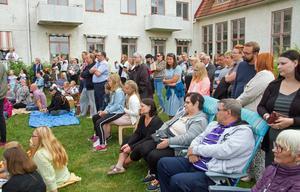 Det var fullt med syskon, föräldrar och andra anhöriga på gräsmattan när läsåret avslutades på Emiliaskolan i Hybo.