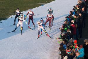 Maja Dahlqvist och Stina Nilsson gjorde upp under den sista sträckan av lagsprinten. Bild: TT