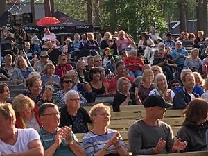 Publiken på visfestivalen såg ut att trivas riktigt bra i den varma sommarkvällen