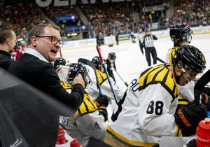 Brynäs tränare Magnus Sundquist i premiären mot Frölunda förra lördagen. Nu är det dags för hemmapremiär mot Färjestad. Akrivbild: Adam Ihse/TT