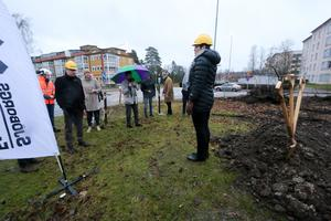Kommunstyrelsens ordförande Katarina Hansson, (S), var på plats när det var dags för byggstart i kvarteret Gladan. Hon konstaterade att nya lägenheter behövs i kommunen eftersom det nu inte finns plats för alla som är intresserade att bo i kommunen.