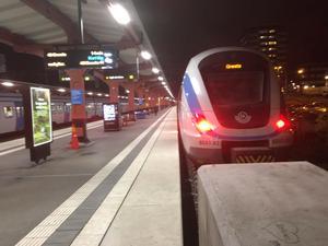 Pendeltåget mot Gnesta står inne vid perrongen på stationen Södertälje centrum.
