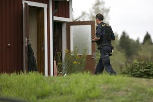 Polisens regionala insatsstyrka slog till mot en fastighet i onsdags där en man som var anhållen i sin frånvaro vistades. Han begärdes häktad i fredags men tingsrätten anser att brottsmisstankarna inte är allvarliga nog för att motivera häktning.