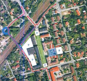 Illustration ur Moderaternas förslag till förbättrat trafikflöde genom centrala Järna med Storgatan avstängd för biltrafik. Det som är blåmarkerat är nybyggnation av rondell på Snickarvägen, bro över järnvägen och anslutningsväg mellan Kyrkvägen och Storgatan.