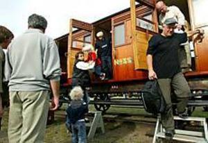 Foto: ANNAKARIN BJÖRNSTRÖMRocket. Pappa Henrik Eriksson hjälper dottern Wilma Sjögren ner från Rocket. Under järnvägsmuseets dag på lördagen fick besökarna chansen att åka med det berömda loket.