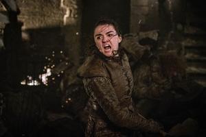 """Flera kvinnor får i alla fall vara hjältar i """"Game of Thrones"""". Här ser vi Arya Stark (Maisie Williams) i avsnitt tre av säsong åtta. Avsnittet som är en enda lång krigsscen. MEN enligt en färsk undersökning har de kvinnliga skådespelarna enbart 25 procent av seriens repliker. Foto: HBO via AP"""