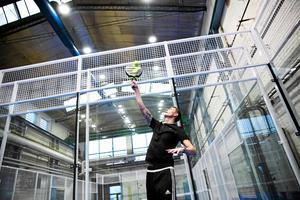 Padel är en av världens snabbast växande sporter och kan enklast beskrivas som en blandning mellan tennis och squash. På bilden syns Johan Eklund spela i Dala Padels lokaler.