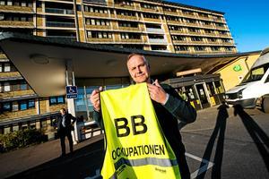 Vänsterledaren JonasSjöstedt har besökt ockupationen två gånger och blev förste riksdagsledamot att ta på sig ockupationsvästen.