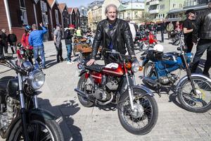 Sven-Åke Sandberg med sin Yamaha, som han ägde på 1970-talet och som han nu lyckats få köpa tillbaka.