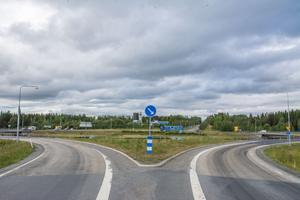 Biltema får inte bygga ett varuhus på tomten till höger nedanför Erikslund . Och den ursprungliga planen med ett Biltema på betongtomten till vänster har inget politiskt stöd annat än av Socialdemokraterna.